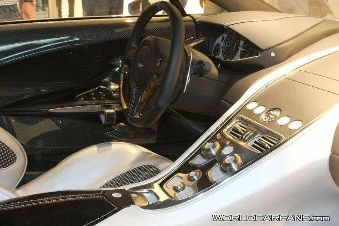 Aston Martin One77 podczas otwarcia sklepu