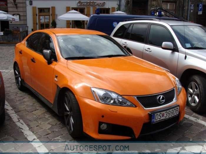 Pomaranczowy Lexus ISF