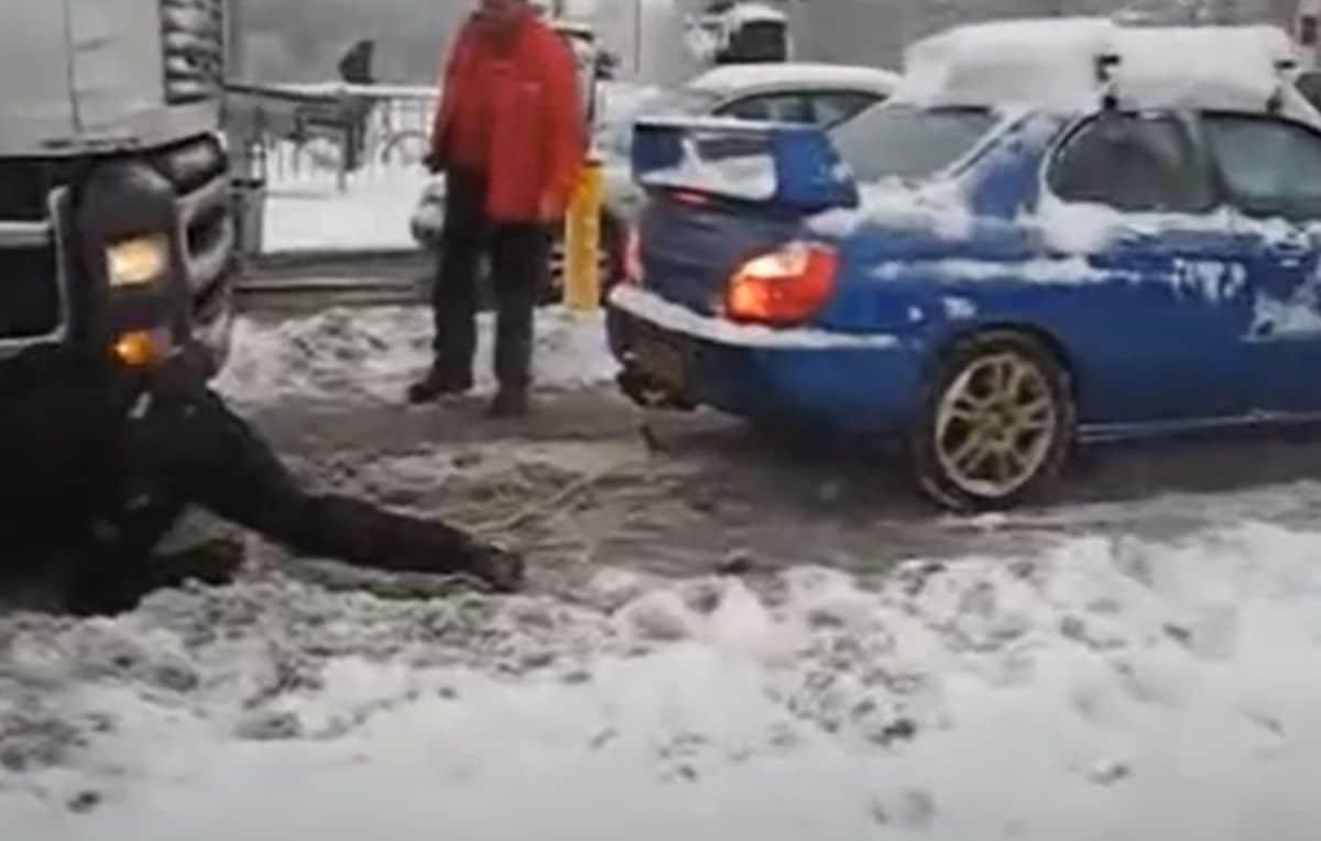 Subaru Impreza WRX STI ciągnie ciężarówkę na śniegu