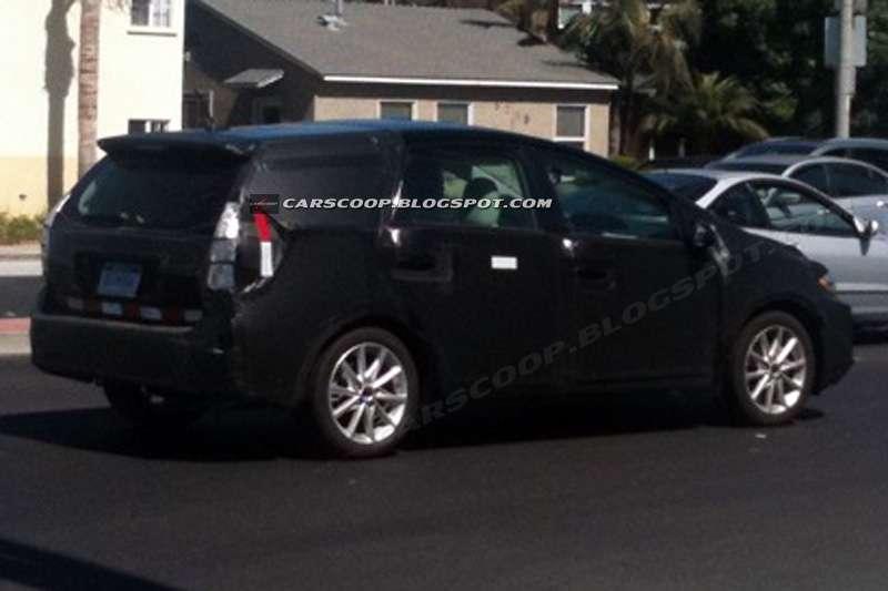 2012 Toyota Prius Alpha hyb minivan wrzesien 2010