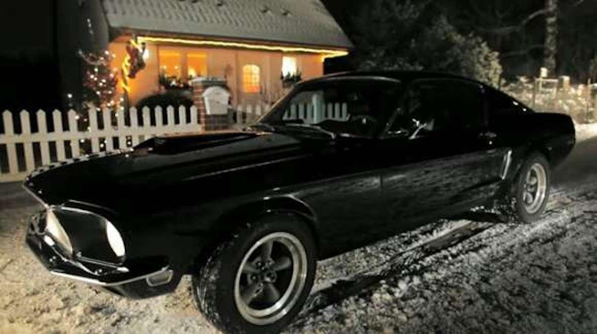 """""""Cicha noc"""" w wykonaniu kultowego Mustanga"""