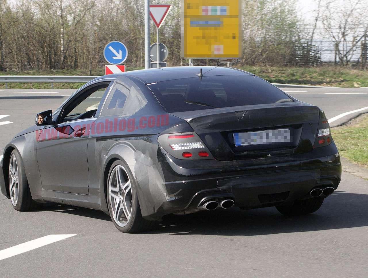 Mercedes C63 AMG Coupe Black Kwiecien 2011