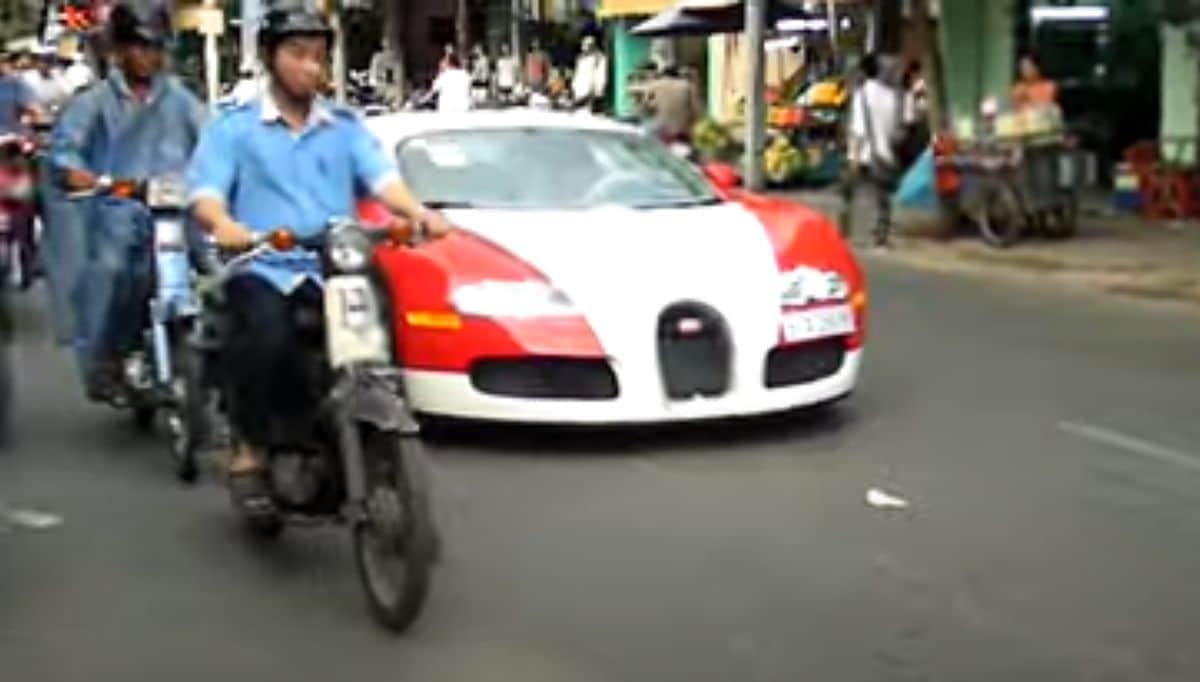 Bugatti Veyron w mieście (biało-czerwony egzemplarz)