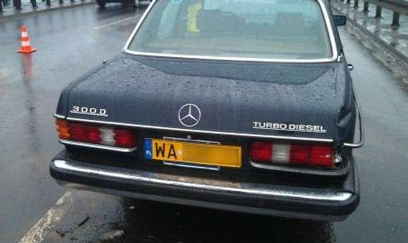 Zabytkowy Mercedes 300D W123 rozbity