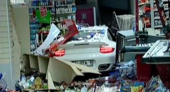 Porsche wjechało w sklep