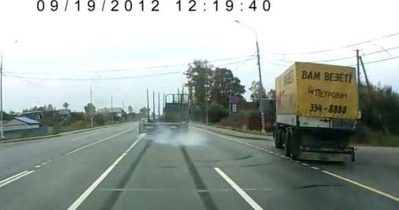 Ciężarówka prawie wjeżdża na osobówkę