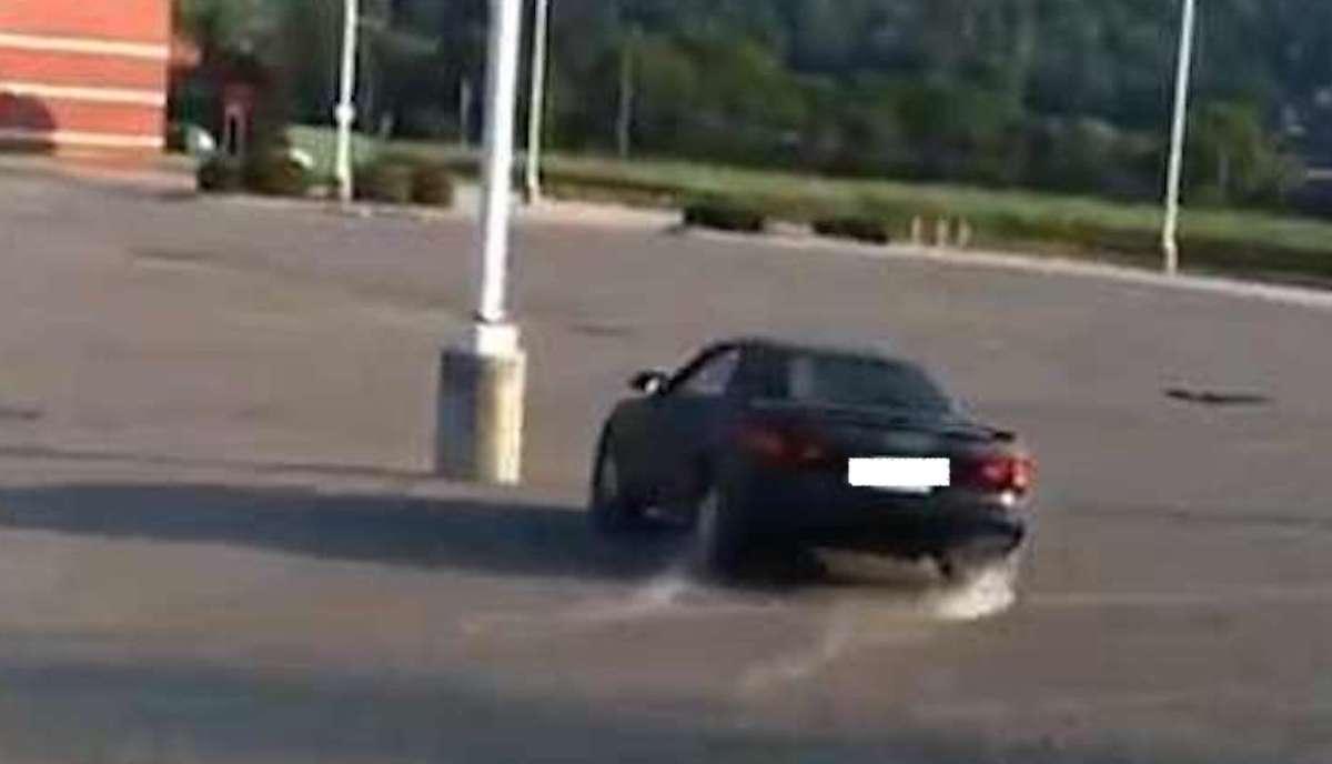 Toyota Celica przed uderzeniem w słup na parkingu