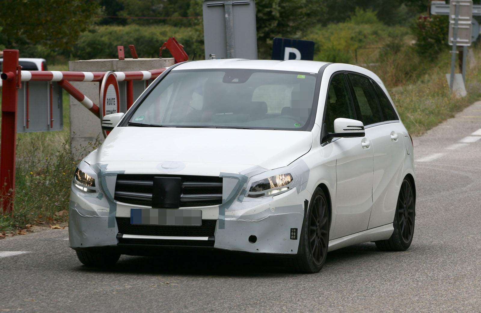 Mercedes B-Class Facelift 2015 Spy Photos
