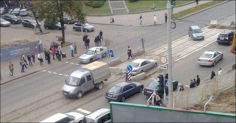 Mercedes E w betonie