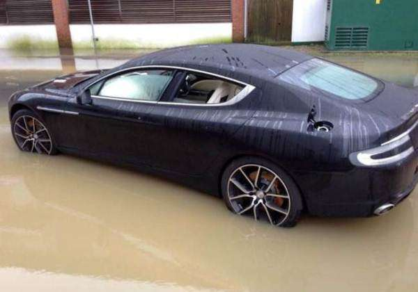 Zalany Aston Martin Rapide S