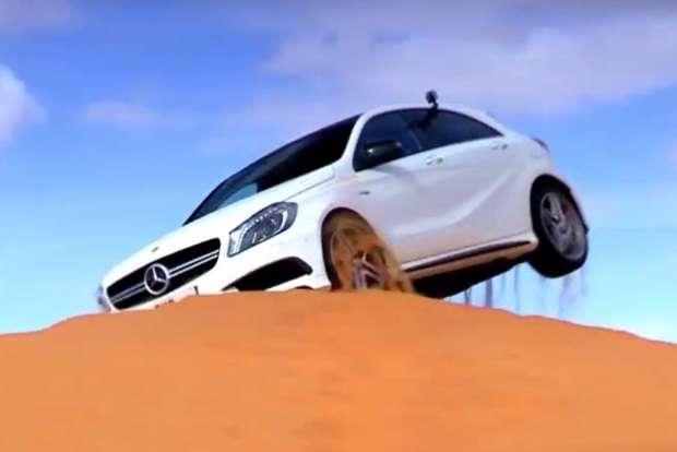 Mercedes A45 AMG na wydmach