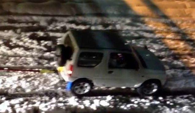 Suzuki Jimny wyciąga ciężarówkę