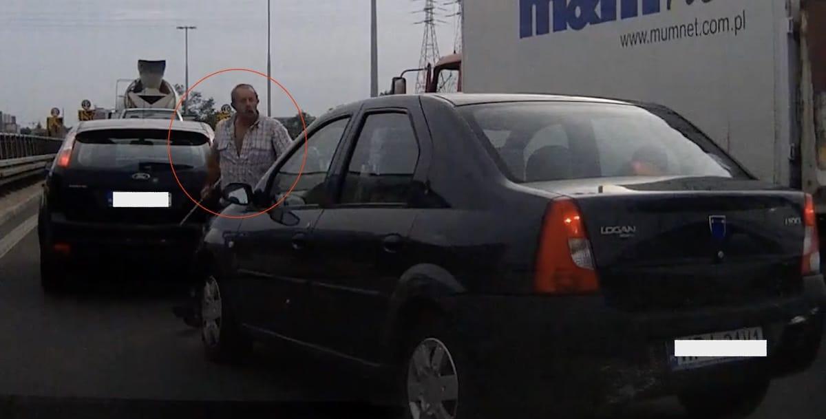Agresja na drodze, kierowca ciężarówki atakuje