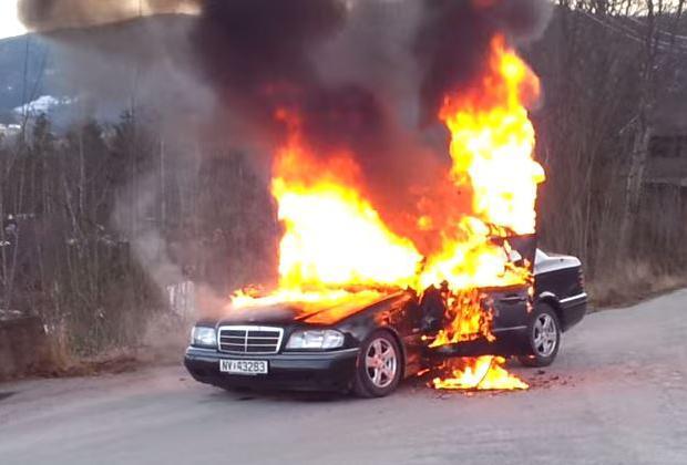 Płonący Mercedes