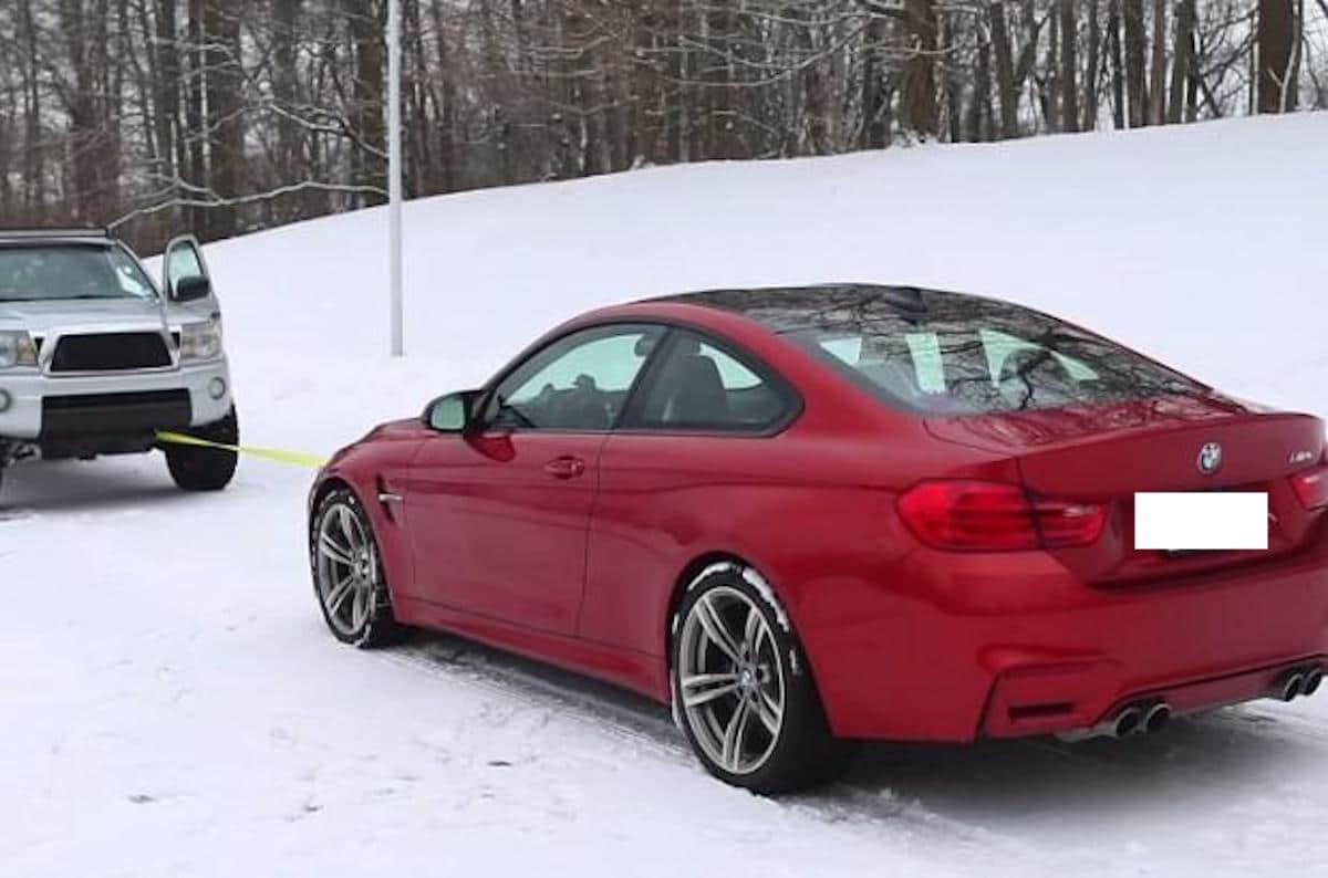 BMW M4 vs. Toyota Tacoma: przeciąganie liny