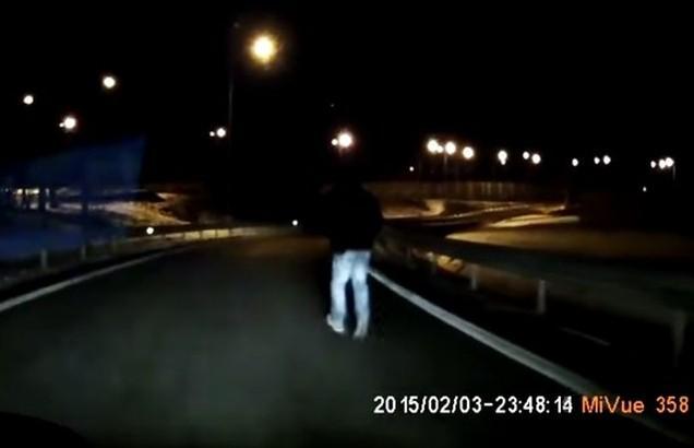 Spacer na drodze ekspresowej