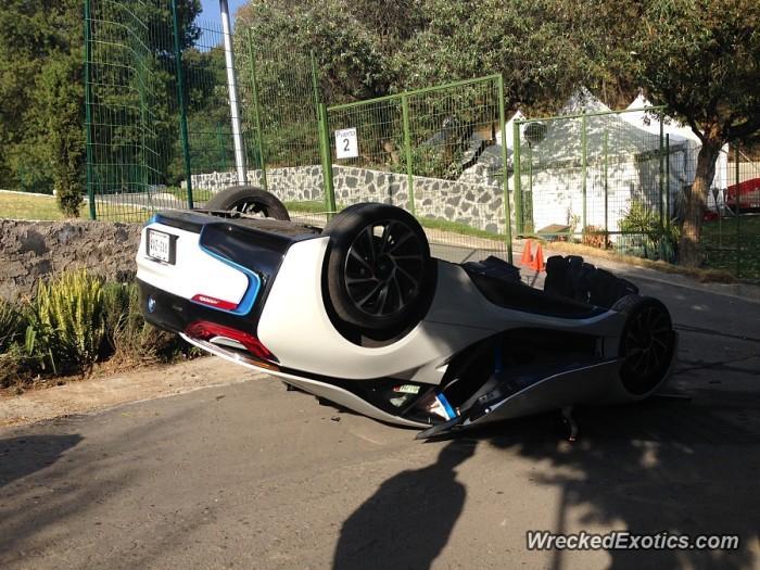 BMW i8 crash