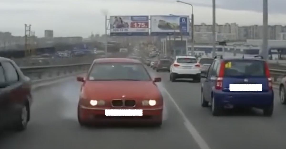 BMW serii 5 E39: kolor czerwony, jazda na czołówkę
