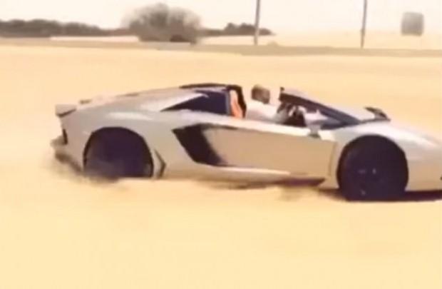 Lamborghini Aventador w piasku