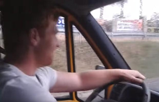 Młody za kierownicą