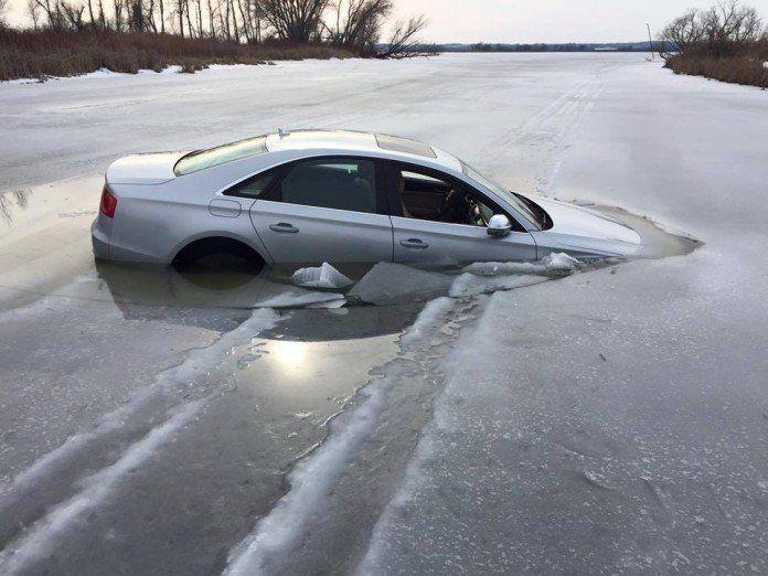 Audi S8 w jeziorze