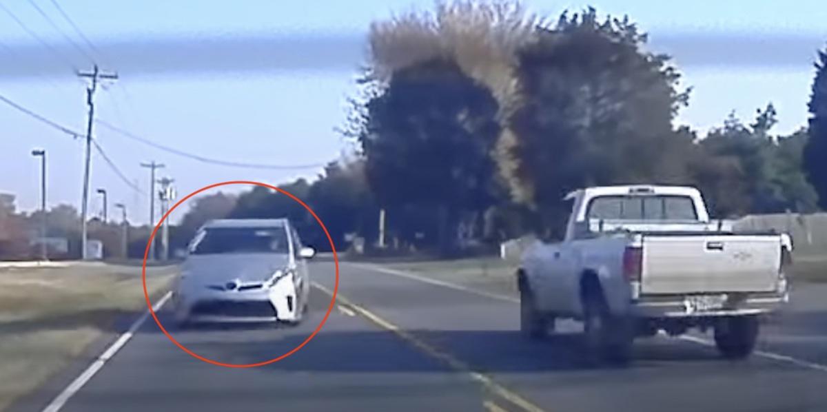 Toyota Prius najeżdża na tył Tesli
