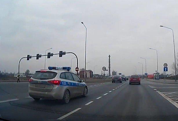 Radiowóz wyprzedza na przejściu dla pieszych