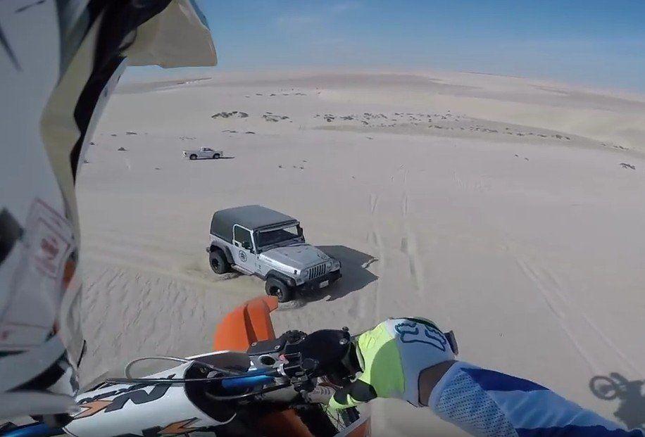 Jeep i motocross crash