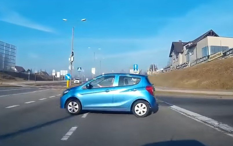 Znak STOP samochód wyjechał