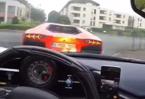 Aventador zieje ogniem na Ferrari