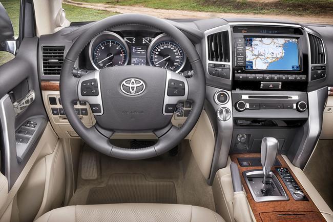 Toyota Land Cruiser V8 wnętrze