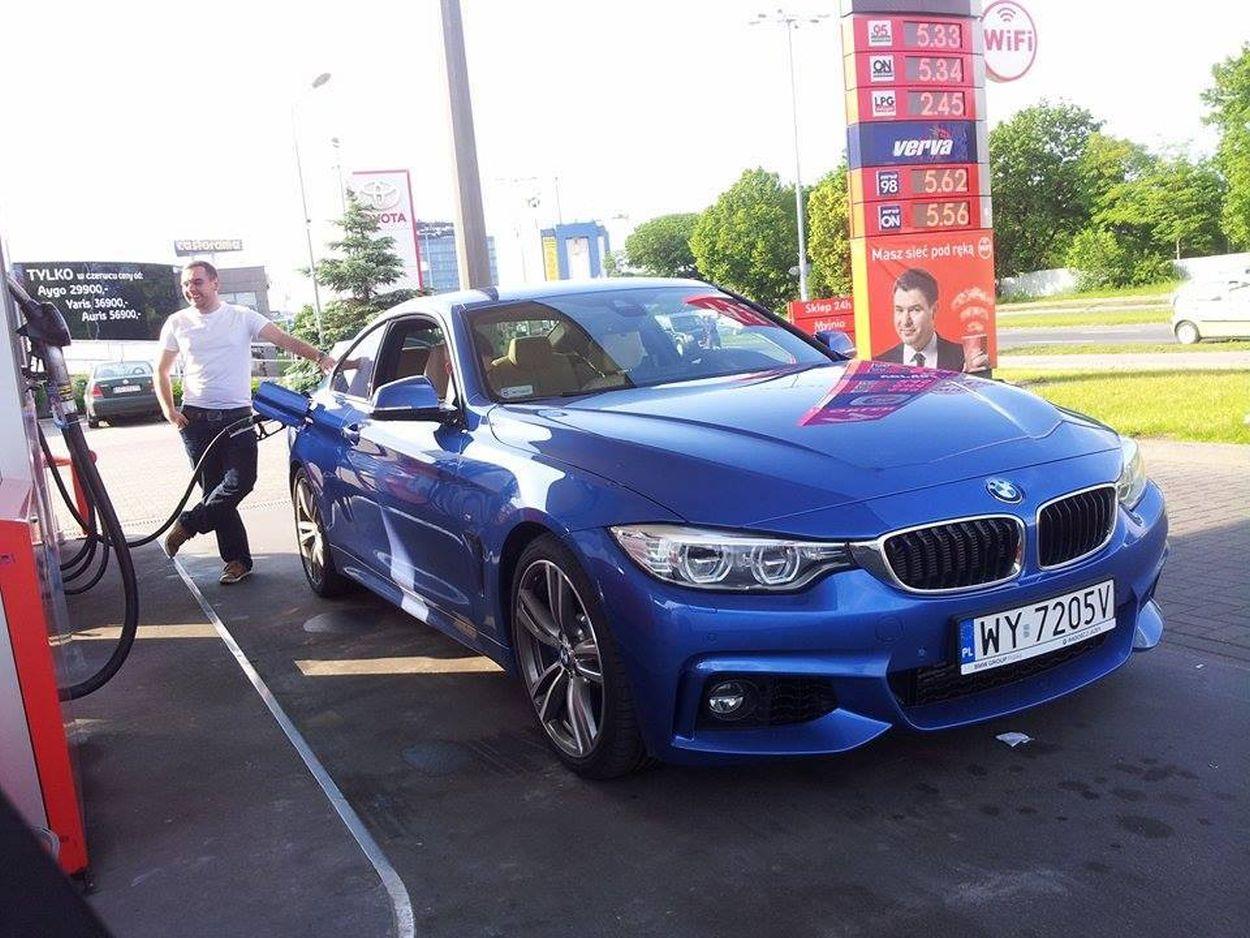 Tankowanie BMW 435i - dziennikarz motofilm.pl