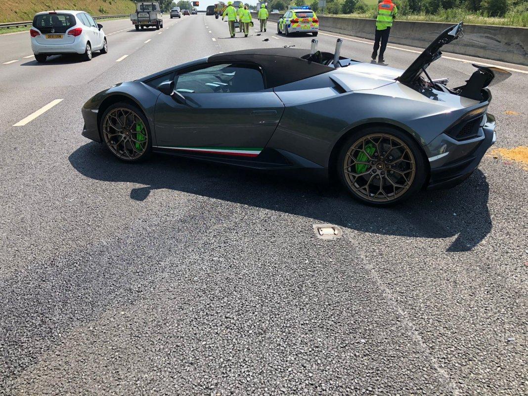 Lamborghini Huracan Performante Spyder - wypadek na autostradzie M1 (Wielka Brytania)