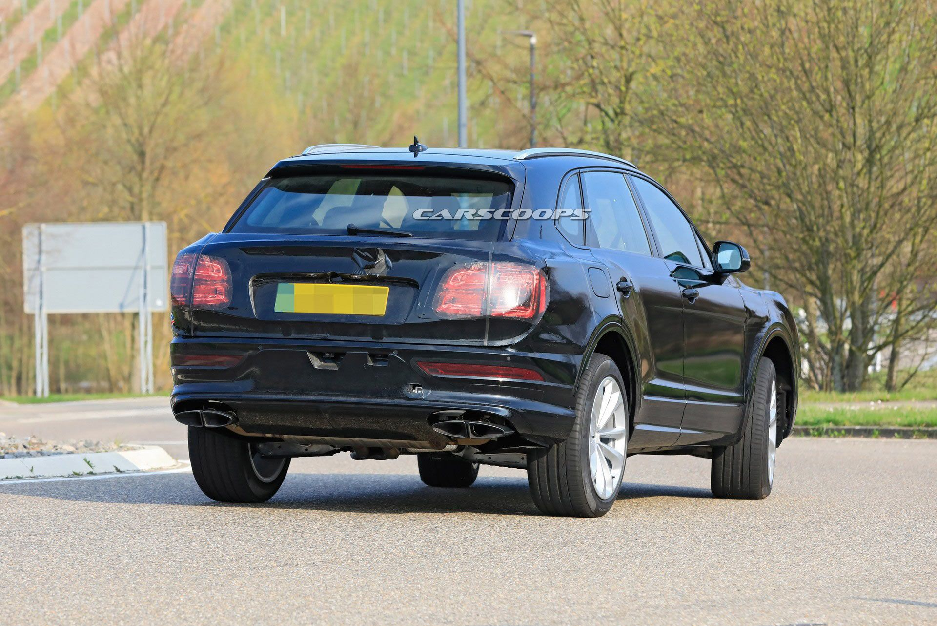 Bentley Bentayga lifting (2021) - szpiegowskie, fot. Carscoops