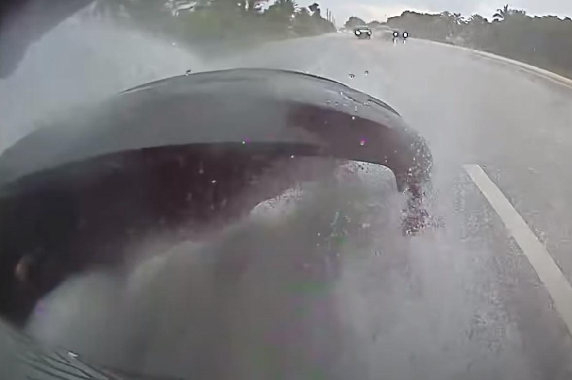 Tylny zderzak Tesli Model 3 odpada z powodu deszczu