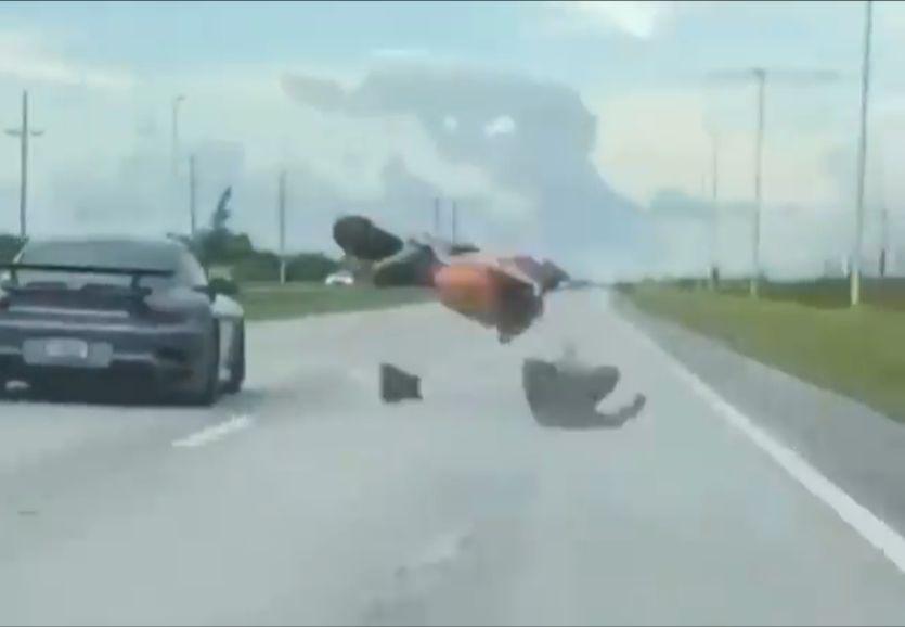 Motocyklista chciał zmierzyć się z Porsche 911