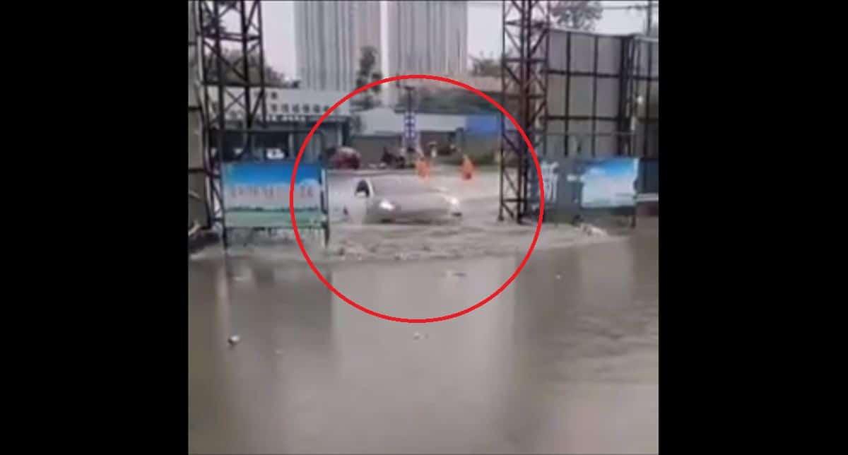 Tesla Model S w czasie powodzi