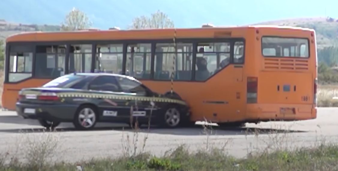 Zderzenie z autobusem przy prędkości 208 km/h