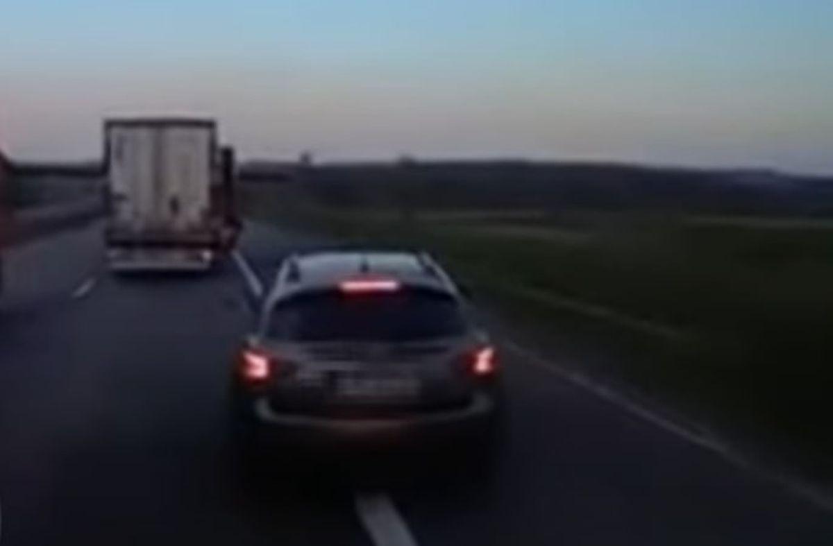Kierowca Infiniti hamował ciężarówkę na prawym pasie