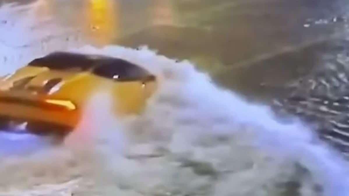 Lamborghini Huracan Spyder: przejazd przez ogromną kałużę