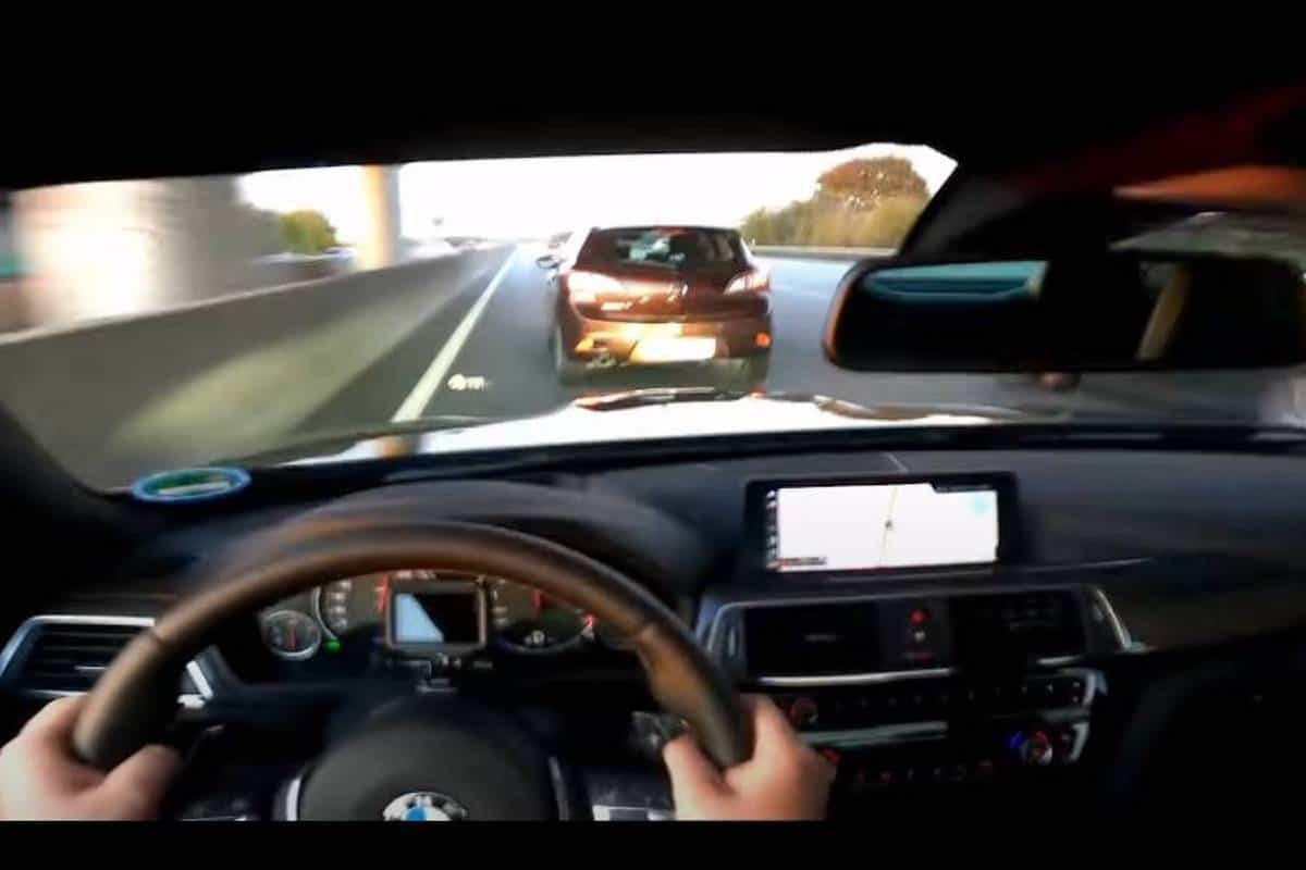 BMW M4 prawie uderza w Mazdę przy prędkości 280 km/h