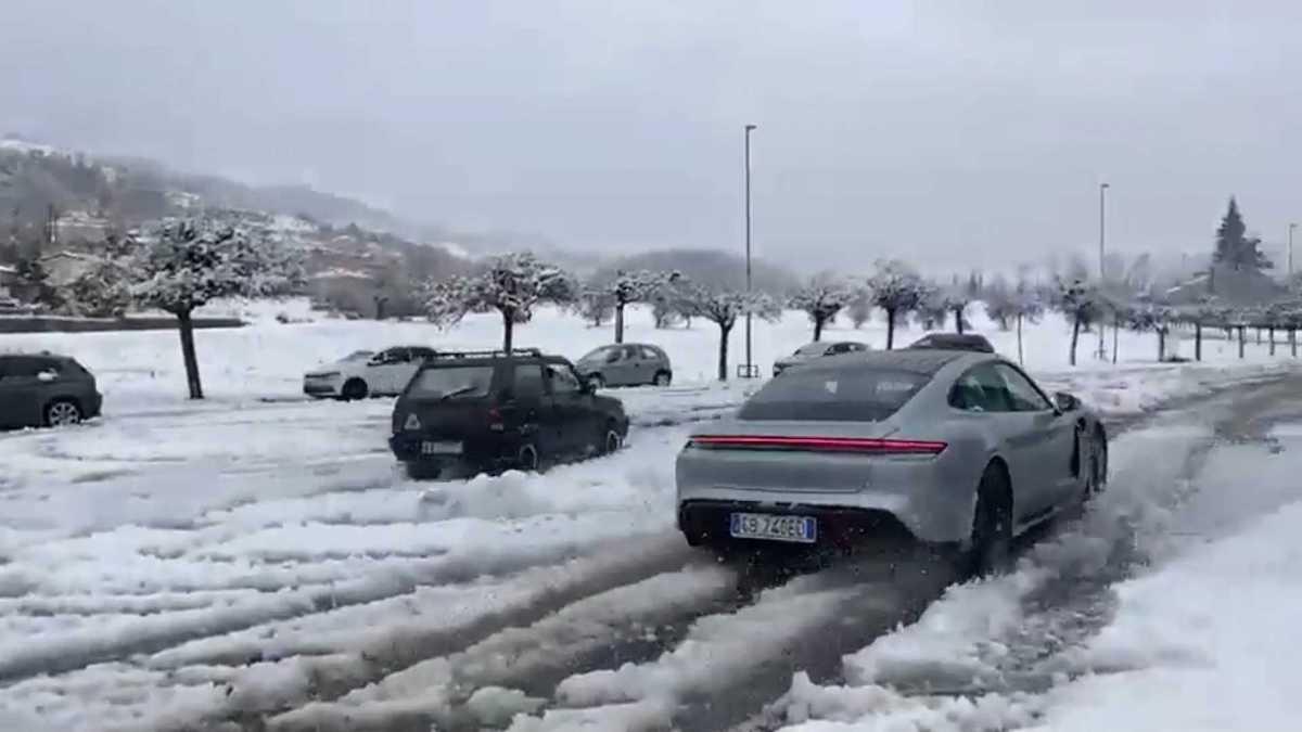 Porsche Taycan vs. Fiat Panda 4x4