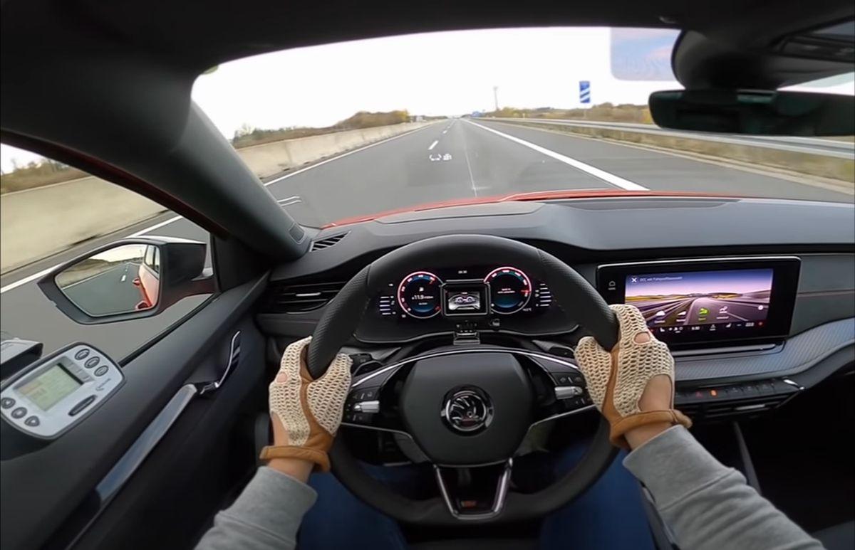 Skoda Octavia RS (2021): widok zza kierownicy