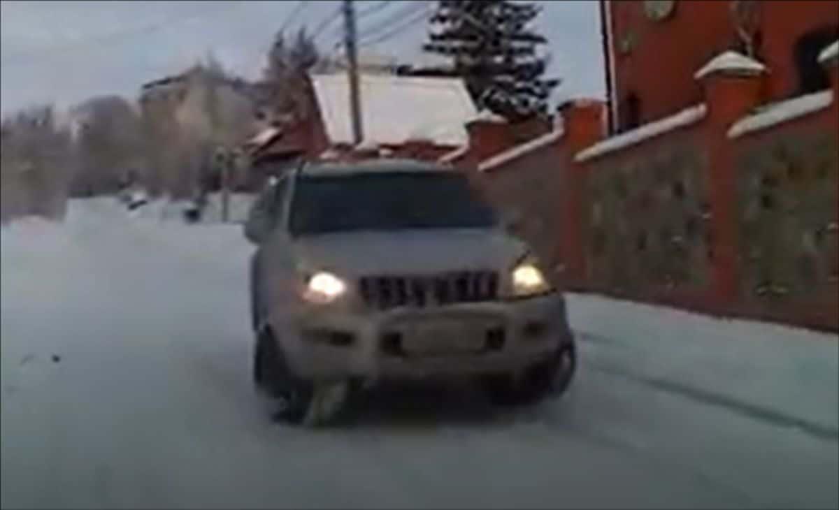 Toyota Land Cruiser J120 na śniegu