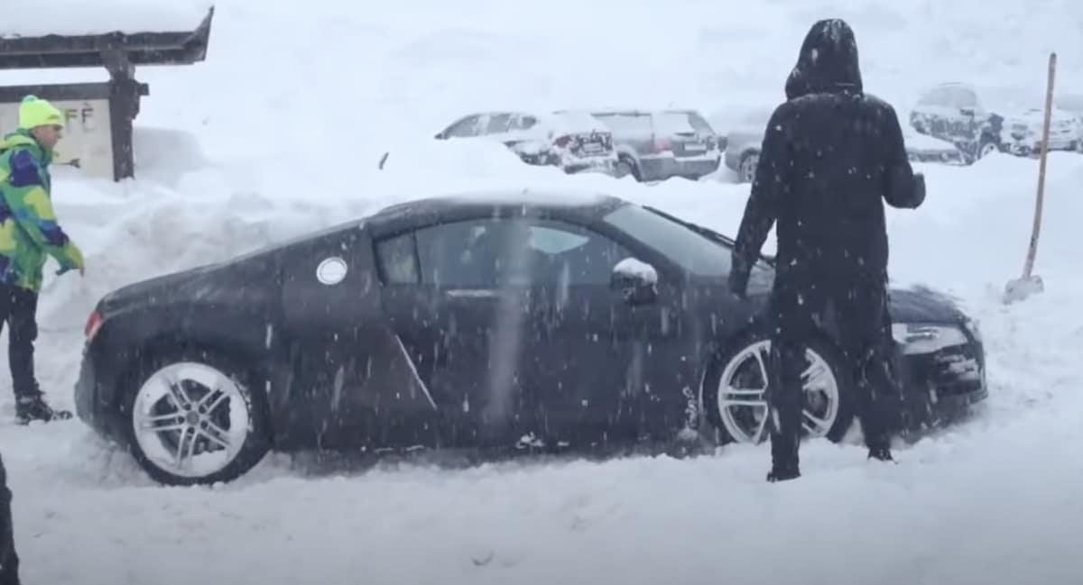 Audi R8 V8 utknęło na śniegu