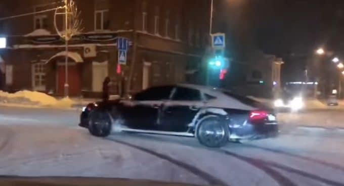 Audi RS7: drift zimą, jazda bokiem