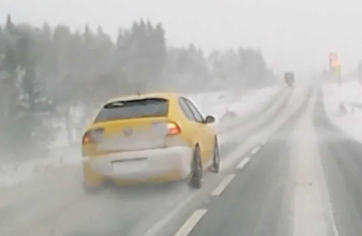 Żółty Seat Leon: wyprzedzanie na ośnieżonej drodze