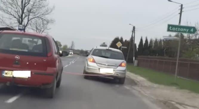 Opel Astra holuje Opla Corsę