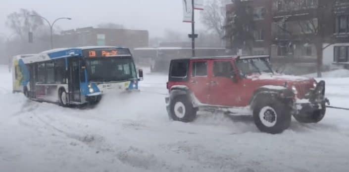 Jeep Wrangler wyciąga autobus