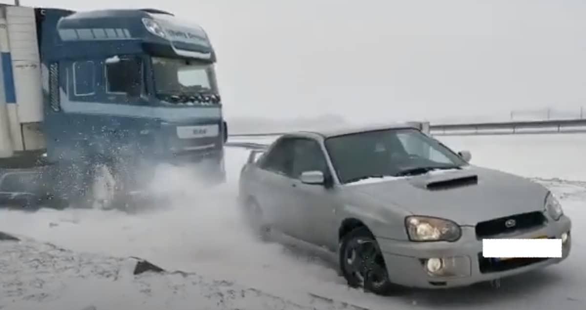 Subaru Impreza WRX holuje TIR-a